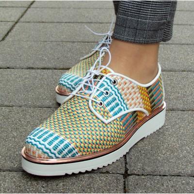 Dansi fonott színes cipő